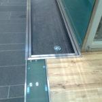 Glas monteret i gulv
